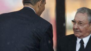 Yhdysvaltain presidentti Barack Obama (vas.) ja Kuuban presidentti Raul Castro tapasivat Nelson Mandelan muistojuhlassa.