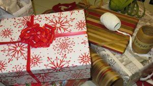 Joulupaketteja ja lahjanarua.