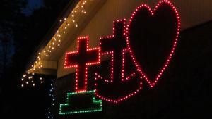Kuvassa jouluvaloja talon ulkoseinustalla.