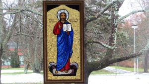 Kristusta kuvaava taulu ikkunassa