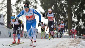 Aino-Kaisa Saarinen hiihtää