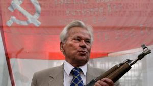 Mikhail Kalashnikov pitelee käsissään AK-47 rynnäkkökiväärin ensimmäistä mallia.