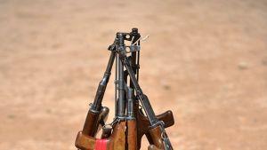 Neljä AK-47:aa yhdysvaltalaisten sotilaiden ampumaradalla Helmandin alueella, Afganistanissa.