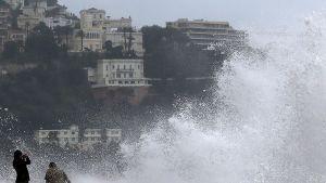 Voimakkaan tuulen nostattamat aallot lyövät Nizzan rantalaituriin joulupäivänä.