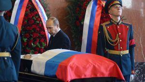 Venäjän presidentti Vladimir Putin Mihail Kalashnikovin arkun äärellä.
