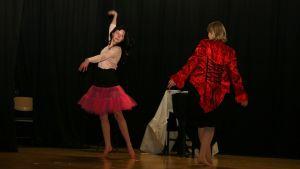 Harjoituskuvassa Sirkusvalssia esittävät Anna Reini (vas) ja Leena Kelloniemi.