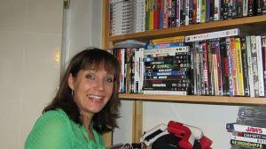 Niina Lahtisen perheen kirjahyllystä löytyy huumoriosasto