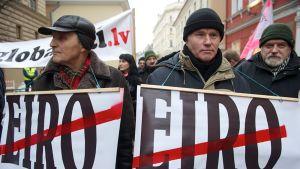 Euron vastustajia Riikassa 31. joulukuuta 2013.