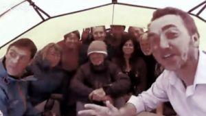 Iso joukko ihmisiä laulaa teltassa