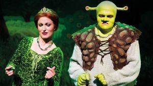 Maria Lund ja Otto Kanerva Shrek -muskaaliesityksessä Jyväskylän kaupunginteatterissa.