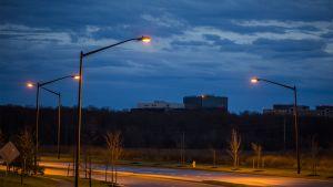 Toimistorakennus pimeässä illassa.