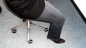 Satulatuoli on yksi vaihtoehto hyvään ryhtiin istumatyössä.