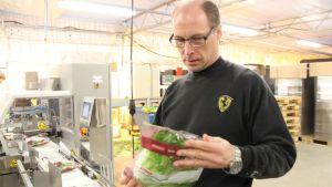 erkki nylund tutkii salaattipussia