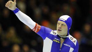 Suomalaisluistelija Pekka Koskela näyttää peukkuaan yleisölle voitettuaan kilpailun.