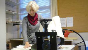 Paula Jalassola-Huttunen työskentelee Hämeenlinnassa Paperihuoneella osana sen taidegraafikoita.