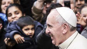 Paavi Franciscus väkijoukon edessä Roomassa, 3. tammikuuta 2014.