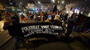 Pakkasukko Putinia vastaan -festivaalin yhteydessä järjestettiin mielenosoitus Venäjän poliittisten vankien puolesta Helsingin keskustassa lauantaina 4. tammikuuta 2014.