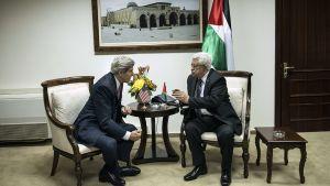 John Kerry ja Mahmud Abbas keskustelevat pöydän ääressä ennen virallisia neuvotteluja 4. tammikuuta 2014.