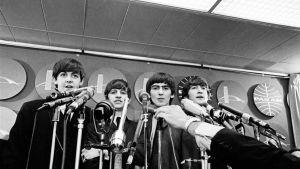 Beatles-yhtye ensimmäisessä lehdistötilaisuudessaan välittömästi New Yorkiin laskeutumiseen jälkeen.