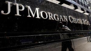 Mies kävelee JP Morgan Chase -konttorin julkisivun ohi.
