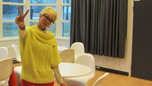 Tekstiiliompelua Kouvolassa opiskeleva Elina Vättö suunnittelee työvaatteita japanilaisen Kitashiobara -nimisen kunnan työntekijöille