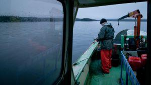 Kalastaja aluksessaan.