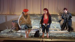 Näyttelijöitä lavalla.