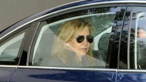 Prinsessa Cristina auton takapenkillä.