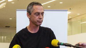 Gilad Sharon, Ariel Sharonin poika, ilmoitti isänsä kuolemasta Tel Hashomerin sairaalassa.