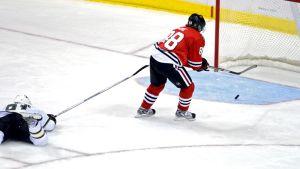 Chicago Blackhawksin Patrick Kane siirtää kiekon tyhjään maaliin Dallas Starsia vastaan.