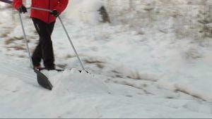 mies kolaa lunta ladun pohjaksi