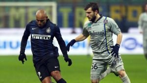 Inter Milanin Jonathan (vas.) pitää palloa Chievo Veronan Perparim Hetemaj'n (oik.) seuratessa.