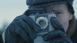 Mikko Peltoniemi esittää elokuvassa Keinosiementäjän lakeijaa, joka toimii myös kertojana.