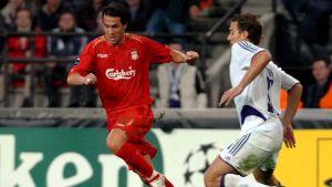 Liverpoolin Luis García (vas.) kuljettaa palloa Anderlechtin Mark de Manin (oik.) edessä.