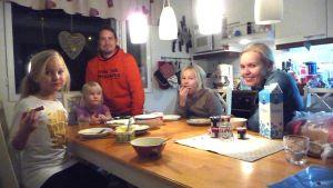 Haapajoen perhe ruokapöydässä.