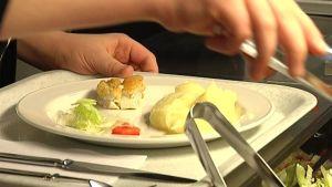 Lautasella kouluruokaa, perunamuhennosta ja kalaa.