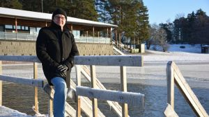 Mika-Pekka Näykki esittelee Ispoisten avantouintimahdollisuuksia.