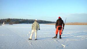 Retkiluistelijoita Saimaan jäällä.