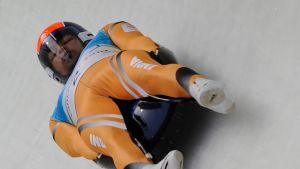 Shiva Keshavan vauhdissa Vancouverin olympialaisten kelkkailukourussa.