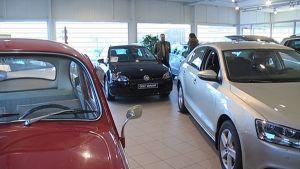 Henkilöautoja myyntinäyttelyssä