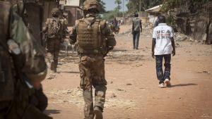 Ranskalainen sotilas partioi Paouan kadulla Keski-Afrikan tasavallassa joulukuussa 2013.