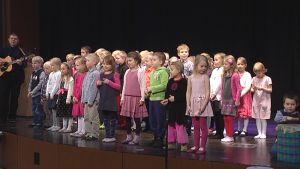 Pienet koululaiset laulavat Vuores-talon vihkiäisissä.