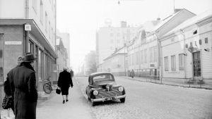 Kajaaninkadun ja Hallituskadun kulma Oulussa 1950-luvulla