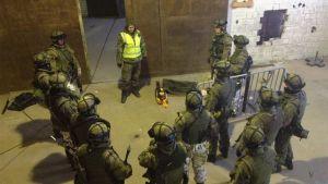 Sotilaat ovat kokoontuneet pohtimaan harjoituksen kulkua.