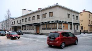 Tyhjillään oleva Wanhan Jokelan ja Kino Karjalan rakennus Joensuun keskustassa tammikuussa 2014.