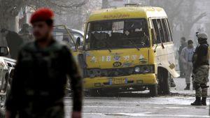 Afganistanin turvallisuusjoukot tutkivat itsemurhaiskun jälkiä Kabulissa.