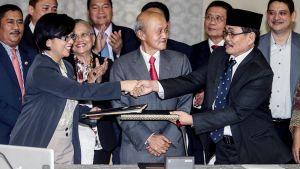 Miriam Coronel-Ferrer Mohagher Iqbal kättelevät Kuala Lumpurissa.