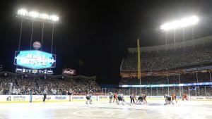 Los Angeles Kings ja Anaheim Dicks kohtasivat  ulkoilmapelissä Dodger Stadiumilla.