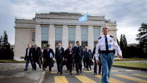 Syyrian opposition delegaatio YK.n rakennusten ulkopuolella Genevessä 26. tammikuuta.
