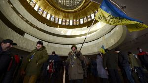 Hallitusta vastustavia mielenosoittajia Kiovan Ukraina-talossa 26. tammikuuta.